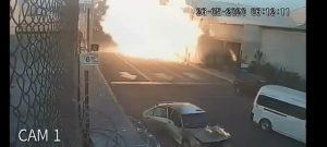VIDEO: Gasera explota e incendia vehículos que iban pasando por ahí