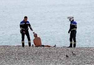 Francia cierra playas al no respetarse normas por coronavirus