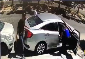VIDEO: ¡Ladrones tontos! Intentan robar carro, no logran prenderlo y escapan