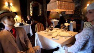 Muñecas inflables en restaurantes ocupan espacio libre, conoce el motivo