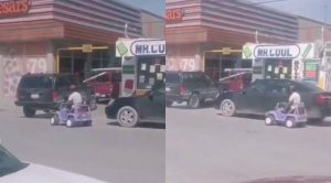 VIDEO: No le venden pizza por ir a pie y regresó en un carro de juguete