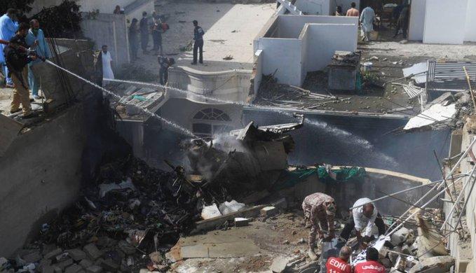 VIDEO: se estrella avión en Pakistán con 107 personas a bordo