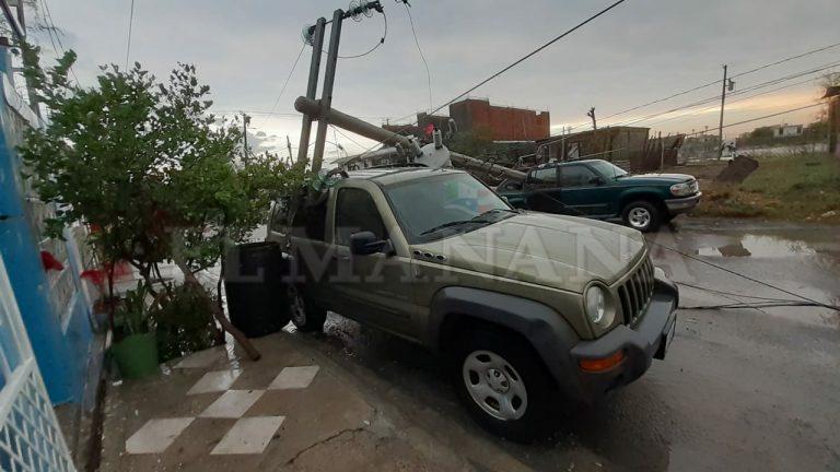 Nuevo Laredo: Tras tormenta quedan postes colgando FOTOS
