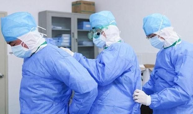 Médicos preparándose en clínicas tras los récords de contagios