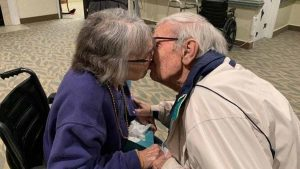 VIRAL: el romántico encuentro de pareja de ancianos separadas por el Covid-19