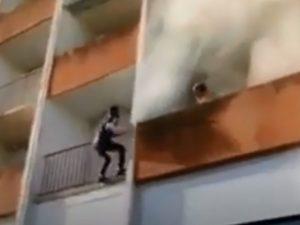 Jóvenes sin equipo salvan a abuelito de edificio en llamas VIDEO