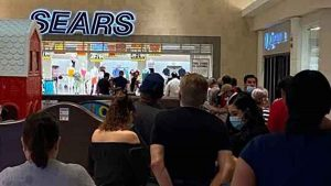 Quiebra de tiendas provoca largas filas para aprovechar ofertas