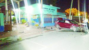 Abandona carcacha tras pegar contra jardín de niños