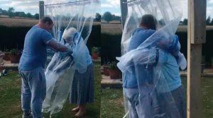 Crea cortina especial para abrazar a su abuela tras confinamiento