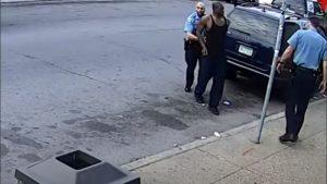 Difunden nuevo video de George Floyd, aparentemente fue golpeado dentro de una patrulla