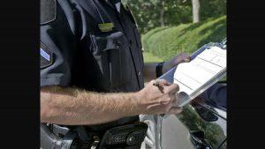 Policías se pelean en vía pública para ver quién de los dos hace la infracción