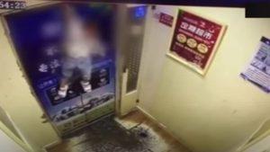 VIRAL: Terrible momento donde niña es arrastrada en ascensor y queda colgada