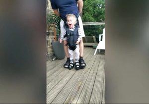 Niño con parálisis cerebral da sus primeros pasos y su video se hace viral