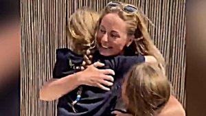 El conmovedor reencuentro de una enfermera y sus hijas tras nueve semanas de ausencia por la pandemia