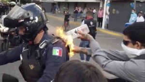 Joven le prende fuego a policía en la espalda: protesta de Giovanni López