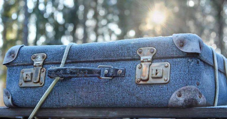 Un grupo de jóvenes pasaba un buen rato mientras paseaba, hasta que se encontró con una maleta sospechosa, la cual abrieron