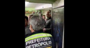 Disfrazan bar de tienda de mascotas para seguir operando VIDEO