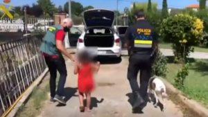 Hombre abandona a la hija y perro de su novia en una carretera