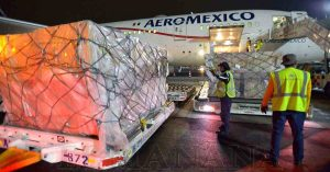 México recibe 68,400 batas quirúrgicas de China para combatir al COVID-19