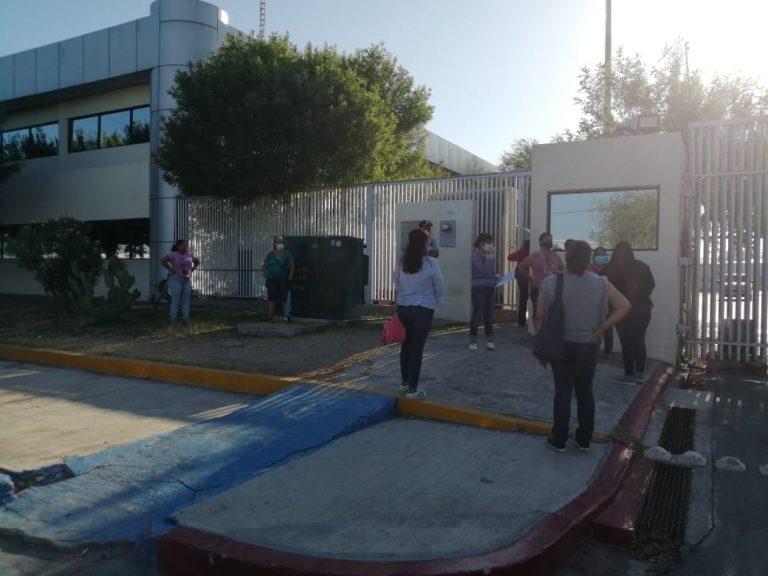 Vecinos de Los Fresnos se manifiesta en CFE por constantes apagones