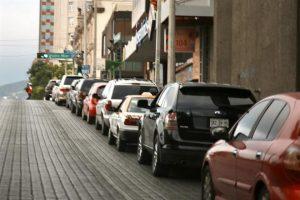 """Larga fila en Monterrey para pruebas de covid """"drive thru"""""""