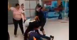Mujeres agreden a guardia de supermercado por no dejar pasar a niño