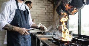 Multan a restaurante por repartir comida a familias de escasos recursos