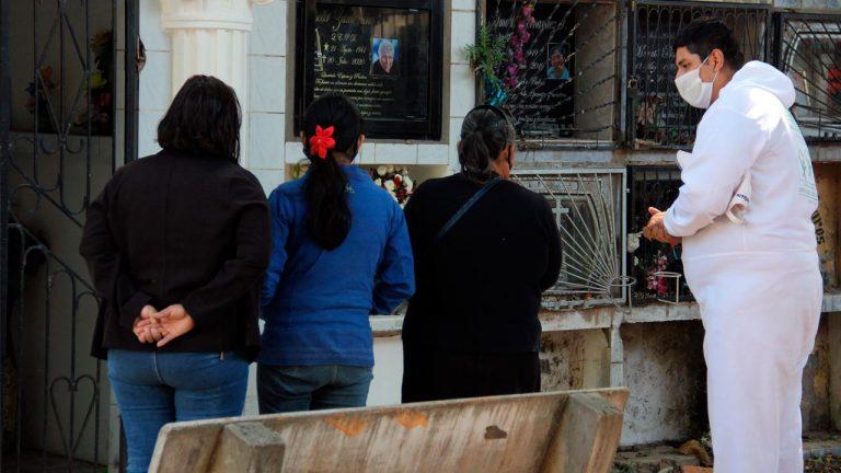 Rezar para otros; el trabajo de un boliviano para enfrentar la crisis