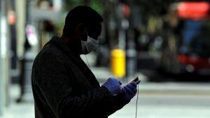 España  prohibe fumar en la vía pública y cierra bares ante repunte de contagios