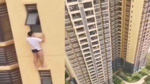 Captan a hombre en bóxer colgando de edificio VIDEO