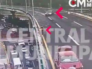 Hombre sale expulsado de 2° piso de Periférico y lo atropellan (VIDEO)