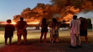 Incendio masivo en Texas; arde fábrica de plástico