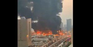 Gran incendio en mercado de Emiratos Árabes Unidos (VIDEO)