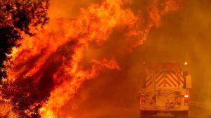 Incendios en California causan al menos 6 muertos y desplazan a 200 mil