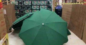 Muere en 'supermercado', lo tapan con paraguas y continúan labores