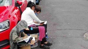 Mujer franelera usa Internet en la calle para que sus hijos tomen clase
