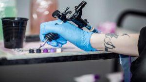Obligó a su novia a tatuarse su nombre para que no saliera con otros