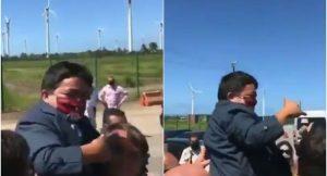 VIDEO: Presidente de Brasil confunde a enano con niño, ¡y lo carga!