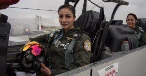 Dos mujeres pilotearon aeronave durante desfile militar del 16 de septiembre