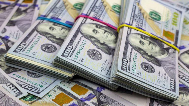 Encuentran medio millón de dólares escondidos en cojín en aeropuerto de Miami