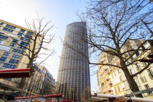 Hombre escala sin seguridad edificio más alto de París (+VIDEO)