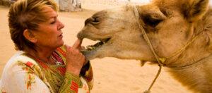 Mujer abandona su empresa para vivir en el desierto rodeada de camellos