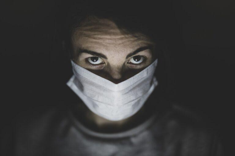 Sujeto disfrazado de enfermero asesina a su ex y se quita la vida