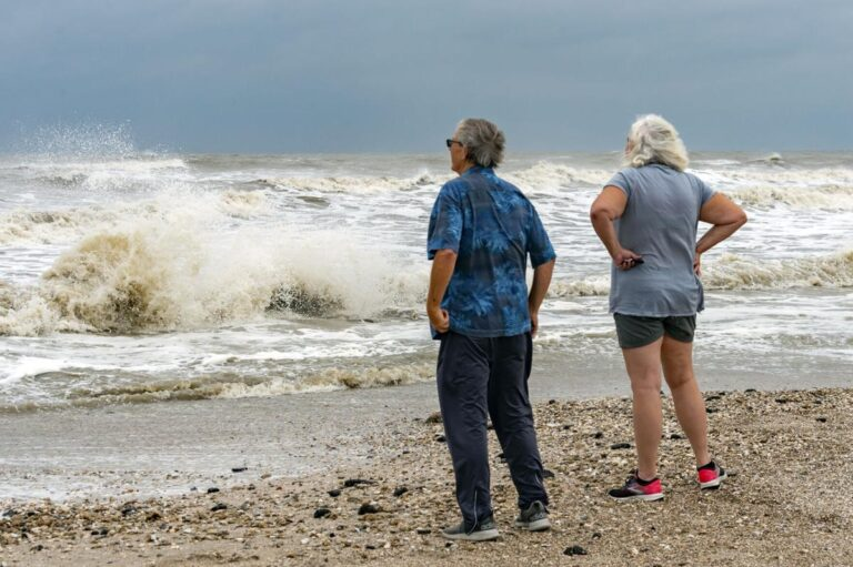 Texas declara estado de desastre por Beta, oleaje ya provoca inundaciones