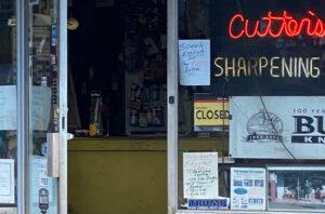 Tienda cobra 10 dólares extra a clientes que no hablen inglés y desata críticas
