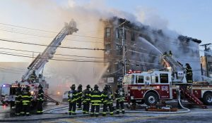 VIDEO: El épico rescate de una mujer por un  bombero  de  Nueva York