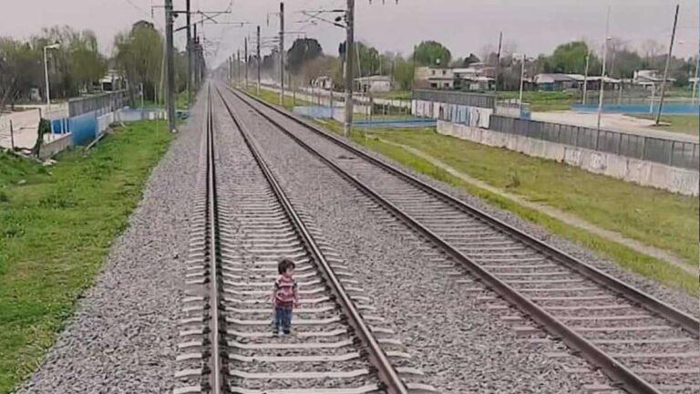 Los rápidos reflejos del maquinista evitaron la tregedia del bebé y el tren