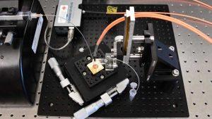 Científicos crean microchip de bajo costo para detectar covid-19