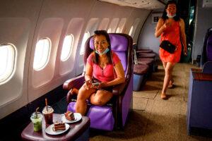 Convierten avión en cafetería para viajeros que extrañan volar