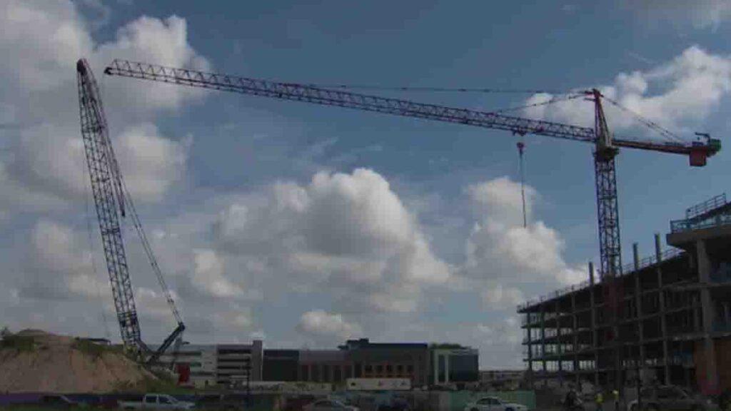 20 personas heridas al chocar 2 grúas de construcción en Austin VIDEO
